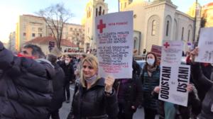(UZNEMIRUJUĆI VIDEO) Ljudi iz cele Srbije došli na protest u Beogradu! ČOVEKU POZLILO DOK JE BRANIO SVOJA PRAVA, UMRO NA ULICI…